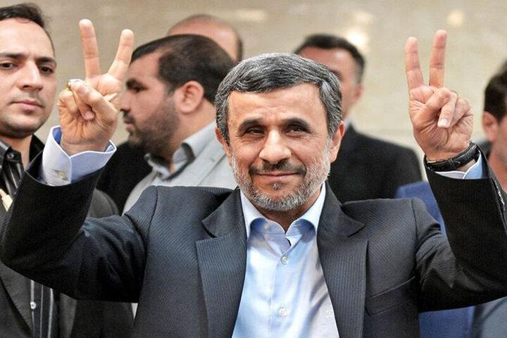 لحظه عجیب بالا رفتن محمود احمدینژاد از نردههای ساختمان وزارت کشور / فیلم