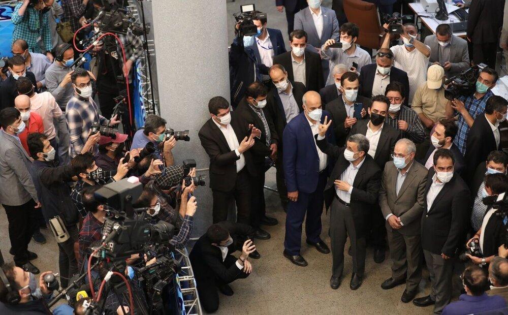 ژستهای احمدی نژاد هنگام ثبت نام در انتخابات