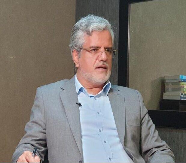 ورود محمود صادقی به تالار وزارت کشور برای ثبت نام در انتخابات ۱۴۰۰
