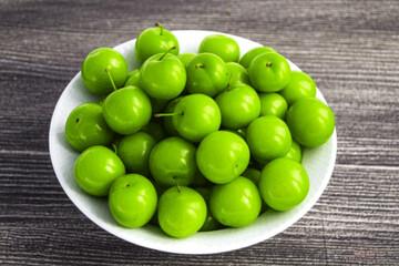 مصرف گوجه سبز برای چه کسانی ضرر دارد؟
