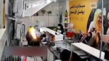 لحظه وحشتناک منفجر شدن گوشی موبایل در پیشخوان ایرانسل / فیلم