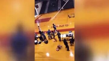 صحنه وحشتناک سقوط حلقه در زمین بسکتبال و فرار لحظه آخری ورزشکار از چنگال مرگ / فیلم
