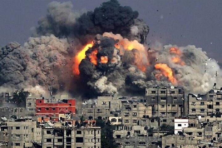 لحظه دردناک وحشت یک کودک فلسطینی از بمباران مهیب غزه / فیلم
