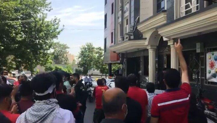 شعار پرسپولیسیها علیه رییس فدراسیون فوتبال؛ خادم استقلالی نمیخوایم! / فیلم