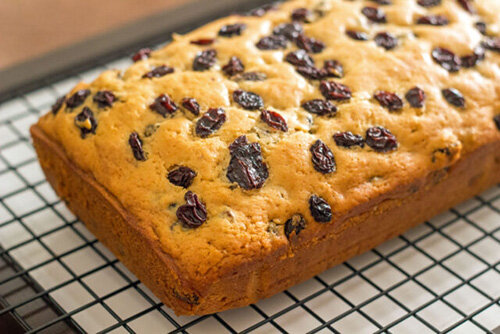 طرز تهیه کیک کشمشی خانگی در فر و در قابلمه