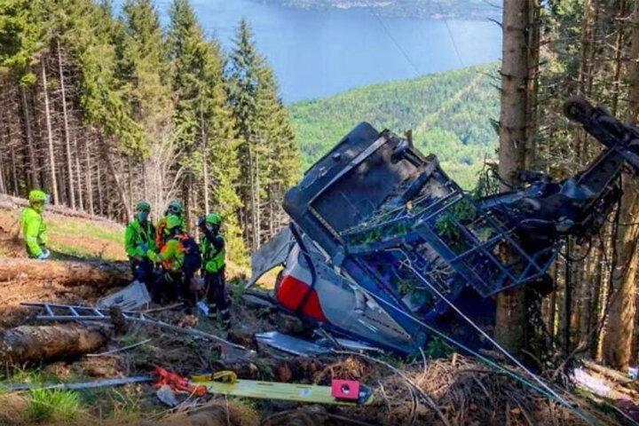 سقوط وحشتناک تلهکابین در ایتالیا با ۱۲ کشته / فیلم