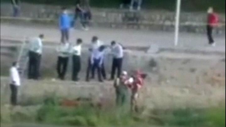 لحظه کشف جنازه مرد ناشناس ارومیهای در رودخانه / فیلم