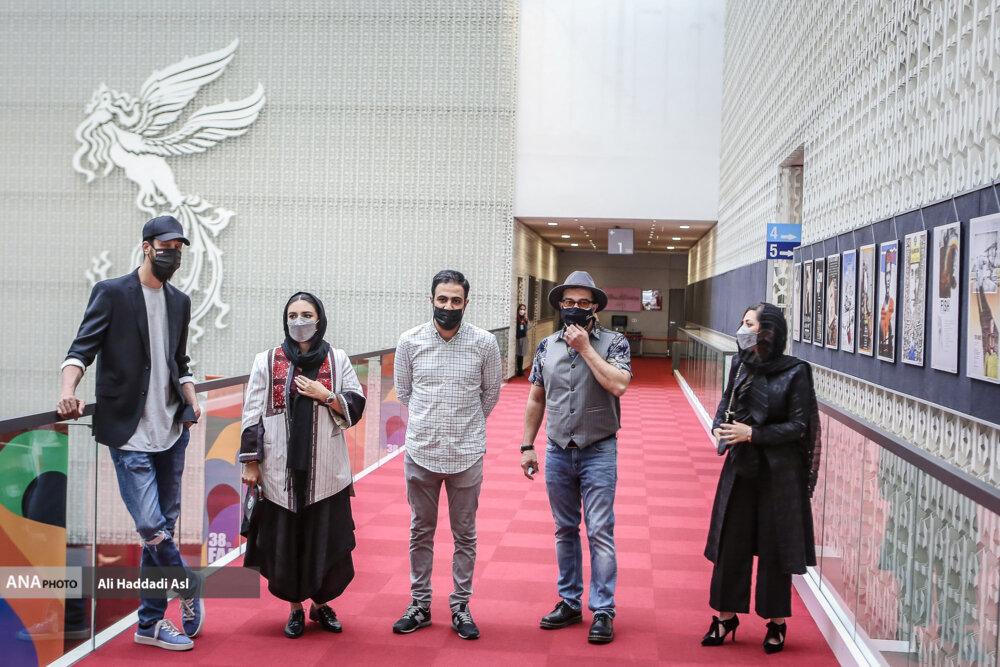 بازیگران و عومال فیلم صحنه زنی در نخستین روز از سی و هشتمین جشنواره جهانی فیلم فجر