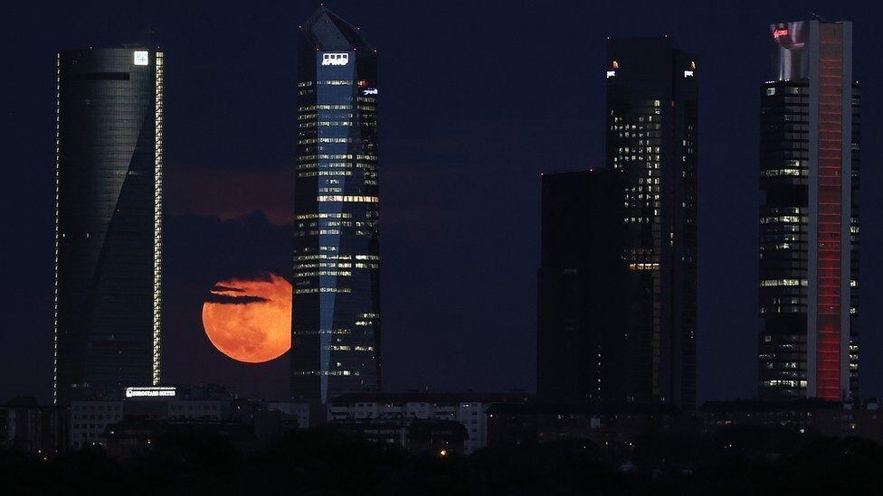 ابر ماه خونین در جهان (+عکس)