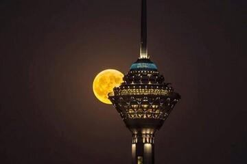 تصاویری زیبا و جذاب از طلوع ماه در تهران / فیلم