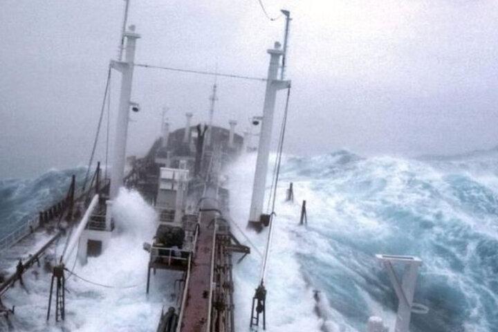 صحنه برخورد امواج وحشتناک با نفتکش در آتلانتیک / فیلم