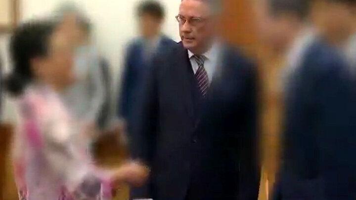 سیلی زدن همسر سفیر بلژیک به صورت صندوقدار فروشگاه / فیلم