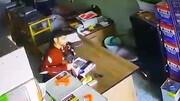لحظه سرقت عجیب موبایل توسط دزد خونسرد در قم / فیلم