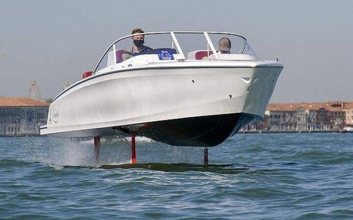 رونمایی از قایقی که بالاتر از سطح آب حرکت میکند! / عکس