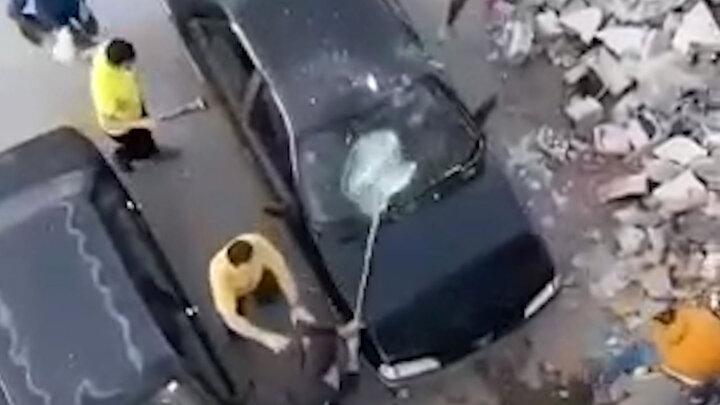 تخریب خودروی پژو ۴۰۵ با بیل و کلنگ توسط چند مرد عصبانی / فیلم
