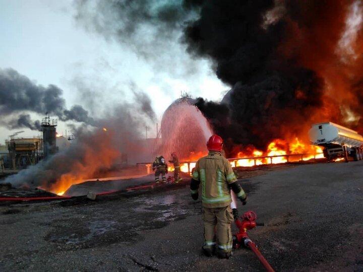 تصویری از داخل پالایشگاه تهران / آتش نشانان در میان آتش و دود