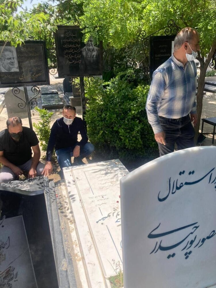 عکس| گل محمدی سر خاک اسطوره های استقلال