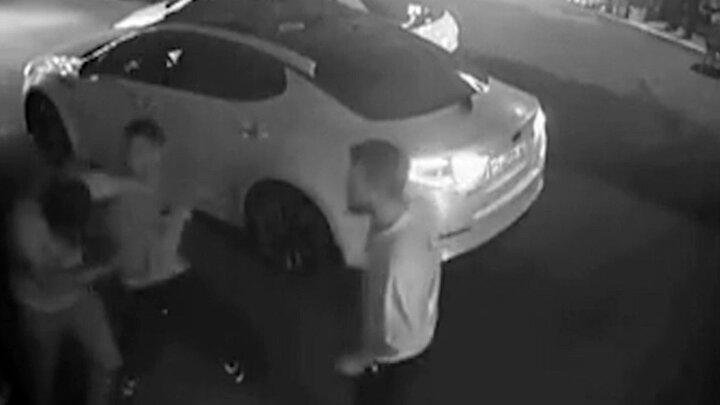 حمله وحشیانه اراذل و اوباش به ماشین لاکچری در مازندران / فیلم