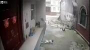 لحظه وحشتناک سقوط کودک خردسال از بالای ساختمان / فیلم