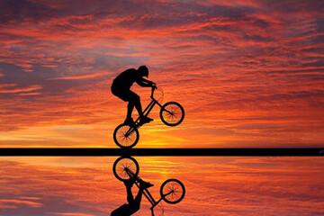 حرکات آکروباتیک دوچرخهسوار شجاع بر روی پل / فیلم