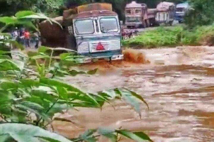 لحظه غرق شدن تریلی هنگام عبور از رودخانه در چابهار؛ مردم راننده و شاگرد را نجات دادند / فیلم