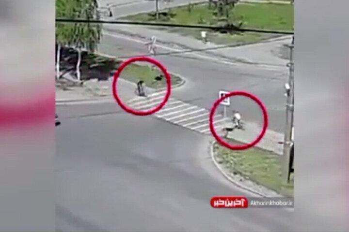 لحظه برخورد عجیب دو دوچرخه در خیابان / فیلم