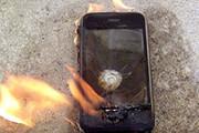 صحنه هولناک انفجار تلفن همراه در دست یک جوان / فیلم