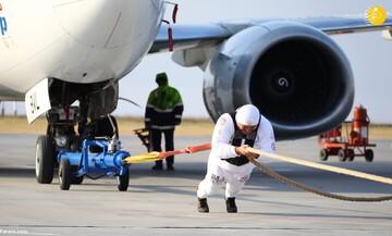 حمل هواپیما سنگین توسط قویترین مرد جهان / فیلم