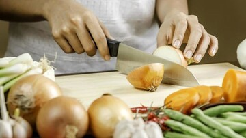 خطرات نگهداری از پیاز پوست کنده در یخچال | روش صحیح نگهداری پیاز چیست؟ + دلایل