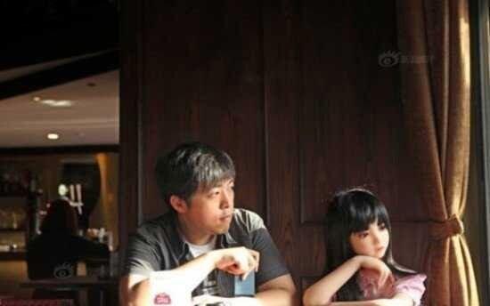رابطه عجیب مرد افسرده با دختر پلاستیکی / عکس