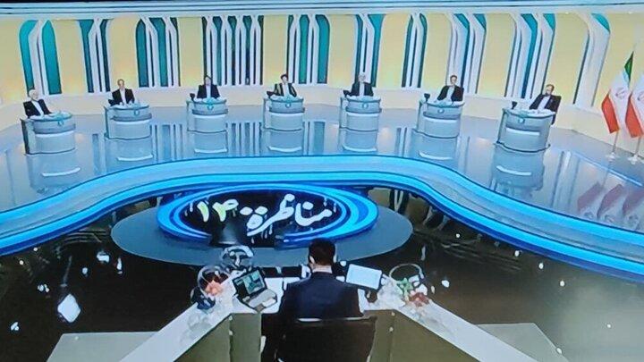 قابی متفاوت از خوش و بش عجیب دو رقیب در سومین مناظره انتخاباتی / عکس