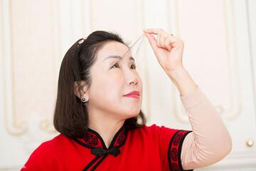 زن چینی رکورد بلندترین مژه جهان را شکست / فیلم