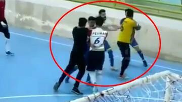 کتک کاری شدید بازیکنان فوتسال تهران و شاهرود در مسابقات لیگ دسته دو  در زابل / فیلم