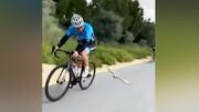 رقابت جالب پرنده با دوچرخه سواران در مسابقات / فیلم