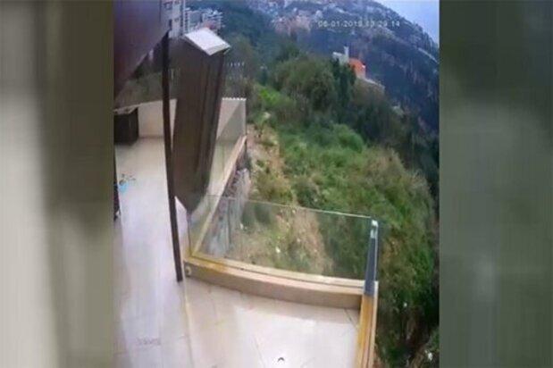 پرت شدن کُمد لباس از بالای ساختمان بر اثر زلزله شدید! / فیلم