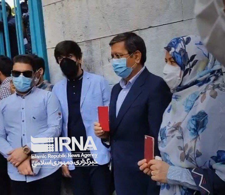 حضور همتی و همسرش در حسینه ارشاد برای شرکت در انتخابات / عکس