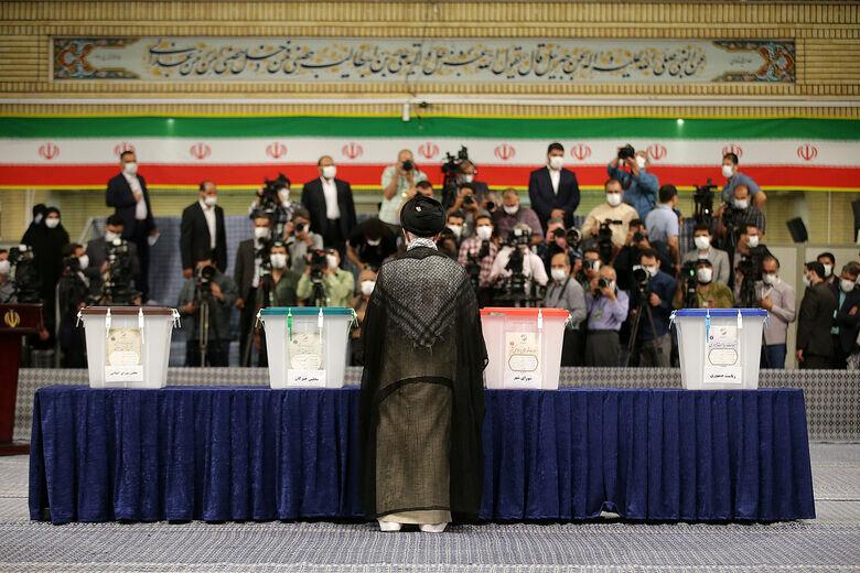 تصاویر متفاوت از لحظه رأی دادن رهبر انقلاب