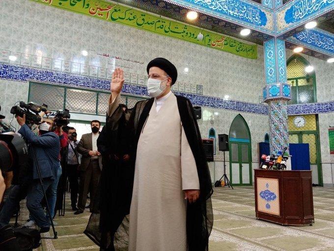 ابرهیم رئیسی رای خود را به صندوق انداخت / عکس