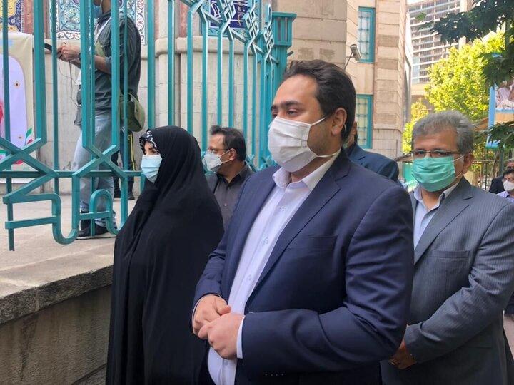 دختر و داماد حسن روحانی در صف رایگیری / عکس
