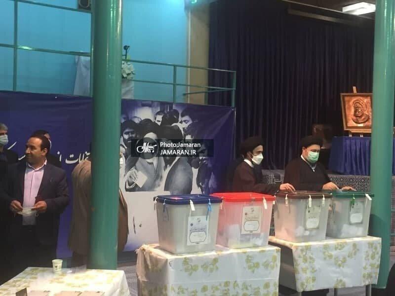 فتاح با خانواده اش پای صندوق رأی آمد /سیدحسن خمینی و پسرش رأی دادند /امام جمارانی رای خود را به صندوق انداخت
