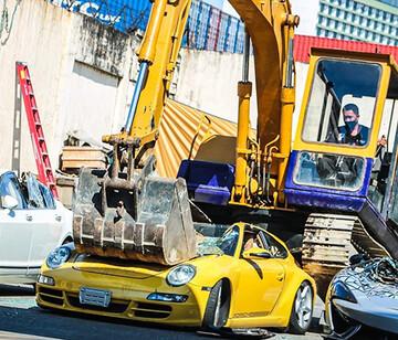 له کردن خودروهای لوکس با بیل مکانیکی / تصاویر
