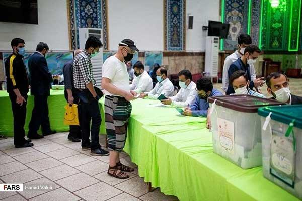 رای دادن با شلوارک در شعبه اخذ رای!