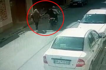 صحنه وحشتناک حمله سارقین موتورسوار به زن جوان گلستانی در خیابان خلوت / فیلم