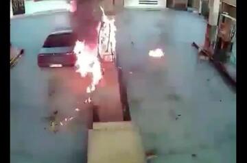 لحظه زنده زنده سوختن جوان به دلیل آتشگرفتن ناگهانی خودروی پژو در پمپ بنزین / فیلم
