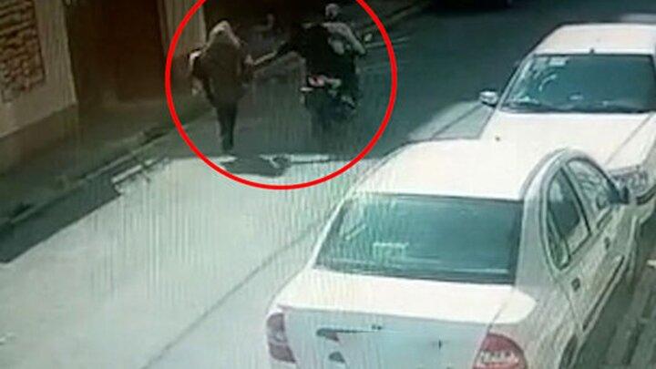لحظه قاپیدن کیف یک زن، توسط موتورسواران در گلستان /  فیلم