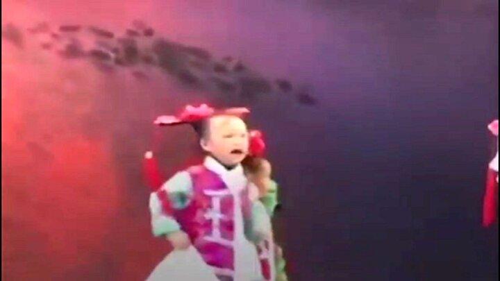 این ویدیو از کودک آزاری دختر بچه در حال رقص جهان را تکان داد / فیلم