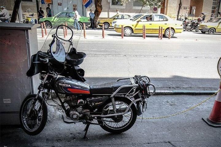 لحظه سرقت باورنکردنی موتورسیکلت توسط یک پسر بچه / فیلم