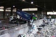 لحظه هولناک سقوط کامیون حمل زباله به داخل محل تخلیه / فیلم