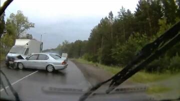 تصادف وحشتناک دو خودرو به دلیل سبقت ناشیانه / فیلم