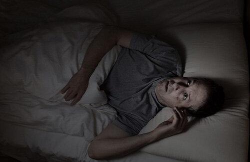 دلیل بیدار شدن از خواب در نصف شب / عکس
